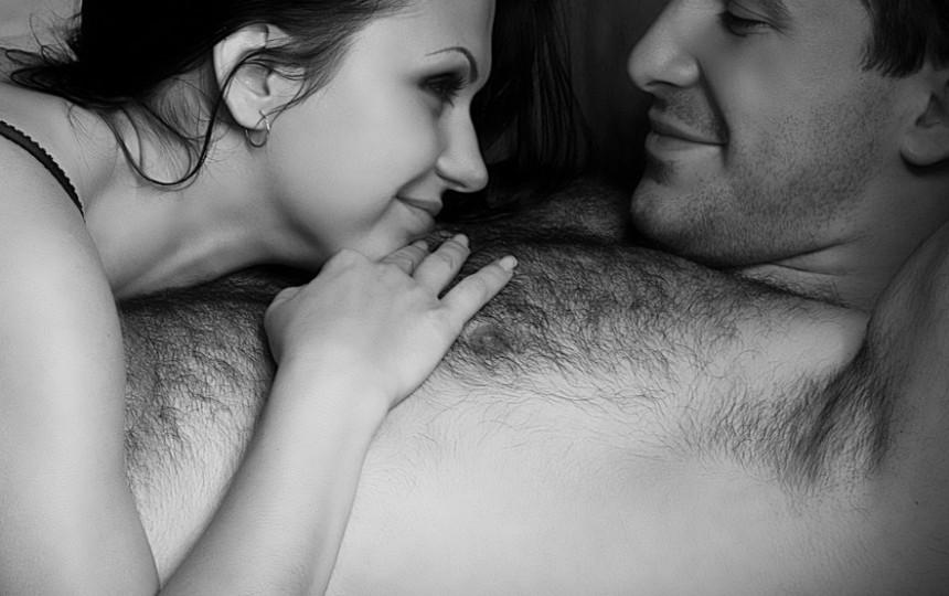 erekciją turintis vyras turi išlenktą varpą)